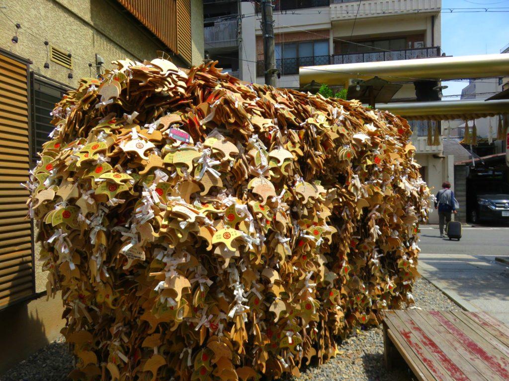 御金神社 いちょう絵馬の山
