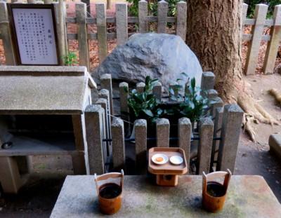白雲神社弁財天 へそ石